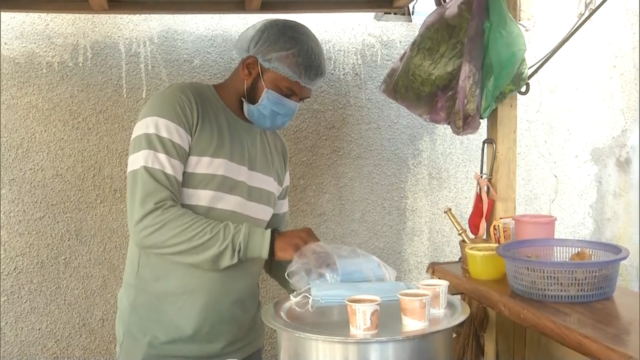 Vadodara tea seller distributes free face masks to his customers